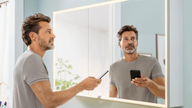 """Das Bild zeigt den Spiegelschrank """"My View Now"""" mit smarter Lichtsteuerung."""
