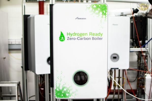 """Prototyp: Der """"H!SUB(2)SUB!-Ready""""-Heizkessel von Bosch Thermotechnik zeigt, wie grüner Wasserstoff die zukünftige Wärmeversorgung von Gebäuden sicherstellen kann."""