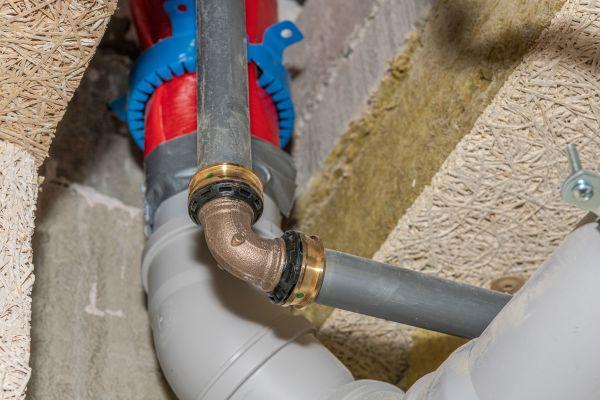 Brandschutz-Herausforderung Nullabstand: Üblicherweise sind bis zu 200 mm Abstand zwischen den Abschottungen verschiedener Brandschutzsysteme einzuhalten. Das Viega-abP schließt jedoch auch den Nullabstand zu den gängigsten Fremdsystemen der Entwässerung und Entlüftung ein.