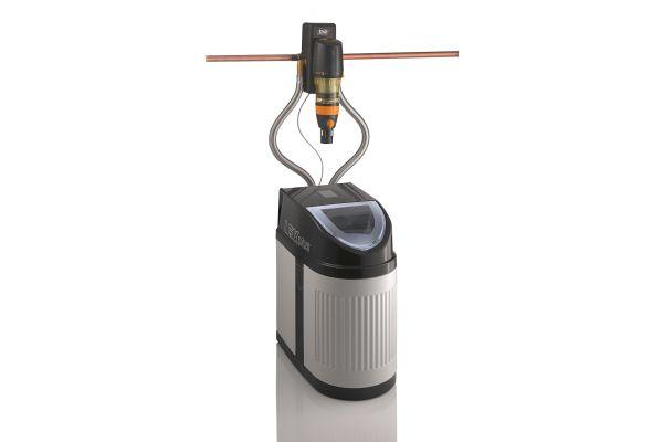 """Durch die Sandwich-Anschlussarmatur können Systeme wie die Weichwasseranlage """"LEX Plus 10 S Connect"""" ganz einfach beispielsweise mit einem """"DRUFI Trinkwasserfilter"""" kombiniert werden. So entsteht mit geringem Installationsaufwand aus den beiden Armaturen eine kompakte Filter- und Enthärtungseinheit."""