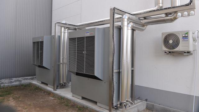 Foto: Außenaufstellung der beiden Luft/Wasser-Wärmepumpen bei Wimmi Anlagenbau.