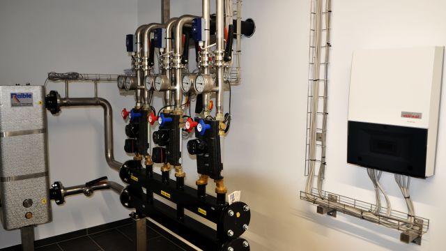 Foto: Masterregler Wärmepumpen-Kaskade, drei Heizkreise, hydraulische Weiche.