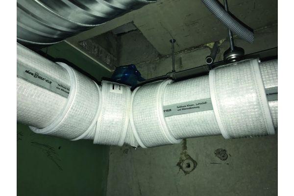 Frei verlegte Entwässerungsleitungen, die durch schutzbedürftige Räume führen: Dafür ist eine Komplettlösung aus Schall- und Schwitzwasserschutz ideal.