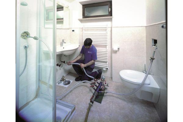 Bild 5: Die Innensanierung einer Trinkwasser-Installation erfolgt mechanisch mit Luft und Sand.