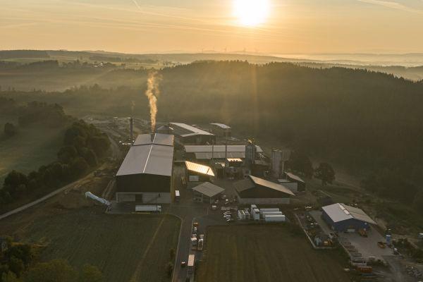 Die in Wunsiedel im Fichtelgebirge entstehende Anlage zur CO2-freien Erzeugung von grünem Wasserstoff ist ein Zukunftsmodell für die sektorübergreifende Nutzung erneuerbarer Energien.