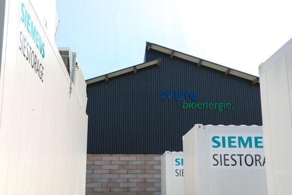 Die Anlage entsteht am Wunsiedler Energiepark in unmittelbarer Nähe zu einem bereits aktiven Batteriespeicher von Siemens.