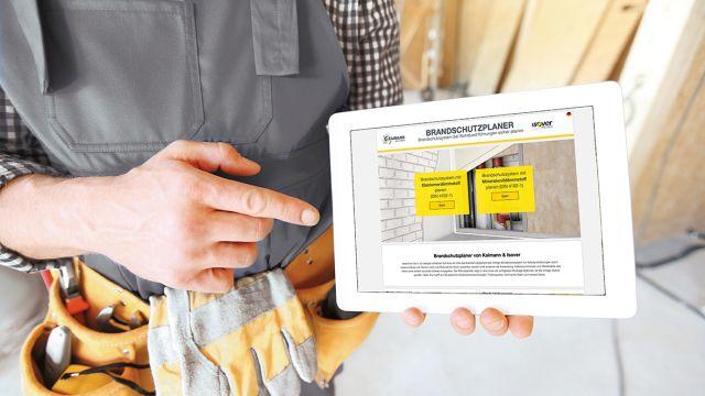 Das Bild zeigt einen Handwerker mit Tablet.