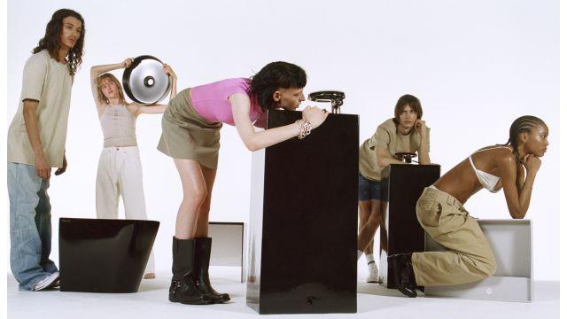 Das Bild zeigt Menschen mit einzelnen Stücken der Kollektion.