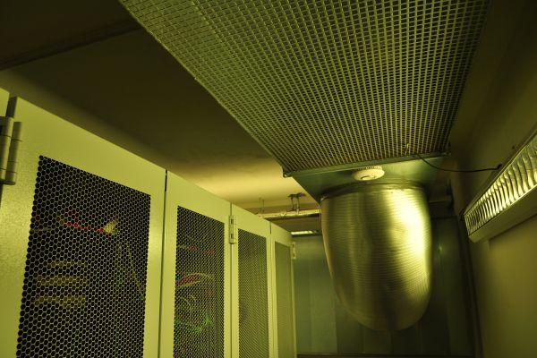 Die Wärmepumpe saugt die Warmluft aus dem Rechenzentrum, kühlt sie herunter und bläst sie wieder ein.