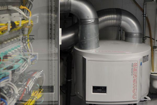 In Germersheim kühlt im Neubau eine Mini-Wärmepumpe den Serverschrank.