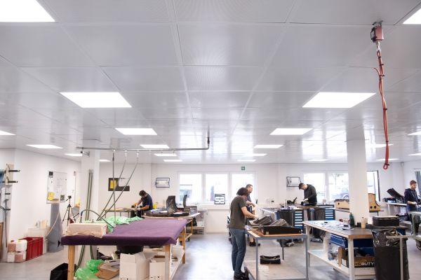 Die Räume, in denen die Kohlefaser geschnitten und anschließend in die Formen gelegt wird, dürfen nicht wärmer als 21 °C werden. Als effektivste Lösung bot sich für die Techniker der EM-plan hier eine Flächenkühlung über die Decke an.