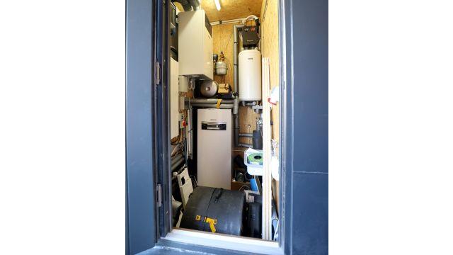 Das Bild zeigt den Heizungsraum des Hausbootes, in dem Wärmepumpe und Lüftungsgerät untergebracht sind.