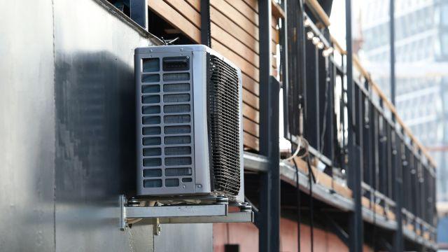 Das Bild zeigt die Außeneinheit eines Klimagerätes an der Außenwand eines Hausbootes.