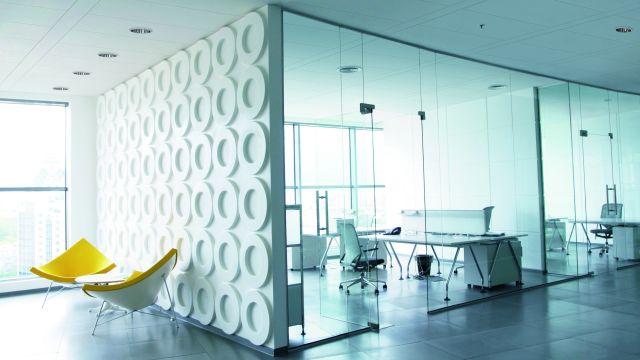 Das Bild zeigt einen Raum mit Kühldecken.