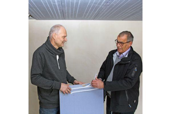 """Bauherr Bodo Bruy (li.) und Michael Rebel, Technischer Berater bei Uponor, besprechen die Installation des Trockenbausystems """"Renovis"""" zur Deckenheizung und Deckenkühlung."""