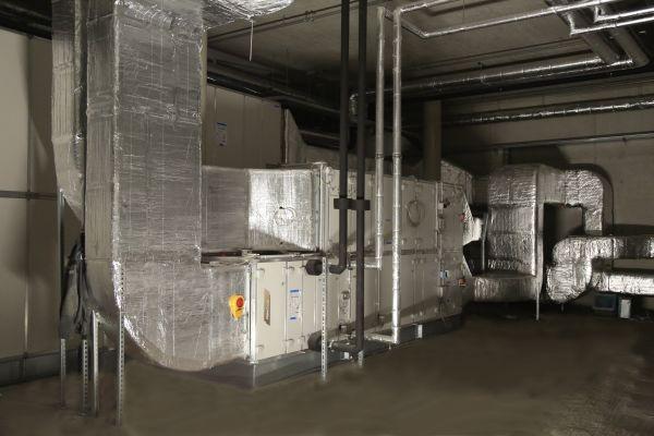 """Die Lüftungstechnik sorgt in der """"Motorworld München"""" nicht nur für die notwendige Be- und Entlüftung, sondern ist ebenfalls für die schnelle Abführung der kalten Rauchgase im Brandfall zuständig."""