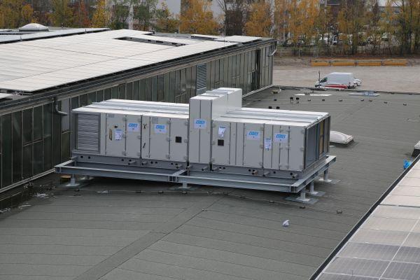 Zwei der insgesamt 38 RLT-Geräte wurden per Lastenhubschrauber auf das Dach gehoben – der Einsatz erfolgte schnell und präzise und nahm nicht mal eine Stunde in Anspruch.