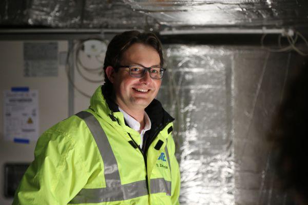 """""""Nach Kalkulation und Gegenüberstellung der zur Verfügung stehenden Möglichkeiten mit unserem Kunden kamen wir gemeinsam zu dem Ergebnis, dass die RLT-Anlagen am wirtschaftlichsten und effizientesten mit einem Lastenhubschrauber auf das Dach transportiert werden konnten"""", so Dominic Zacharias, Projektleiter der Otto Building Technologies GmbH."""