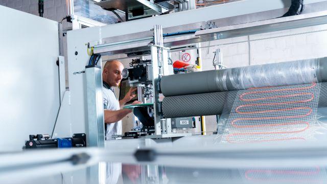Das Bild zeigt einen Mann bei der Produktion.
