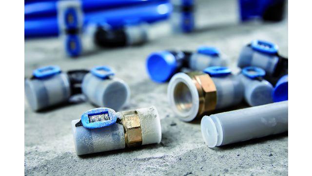 """Hygiene ist gerade bei Trinkwasser-Installationen ein zentrales Thema. Deswegen sind auch die Fittinge und Rohre von """"FlowFit"""" werksseitig durch Stopfen bzw. Kappen gegen eindringenden Staub geschützt."""