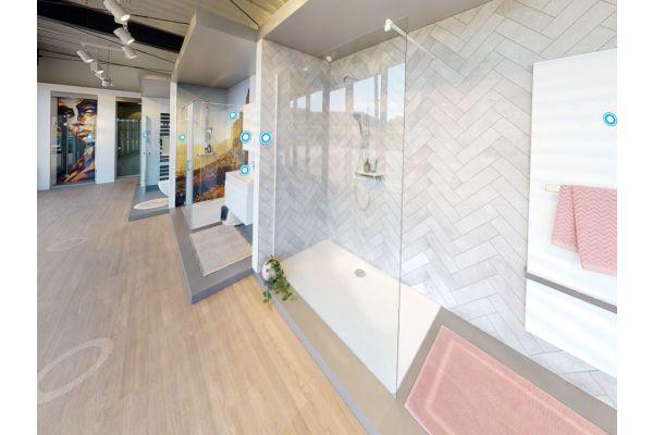 Die 3D-Badausstellung von HSK präsentiert einige der 23 Duschkabinen und Duschwannen im wohnlichen Ambiente dekorierter Badezimmer.