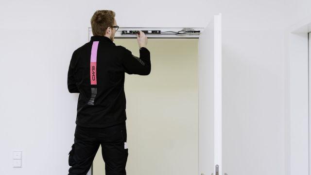 Das Bild zeigt einen Brandschutzexperten bei der Arbeit.