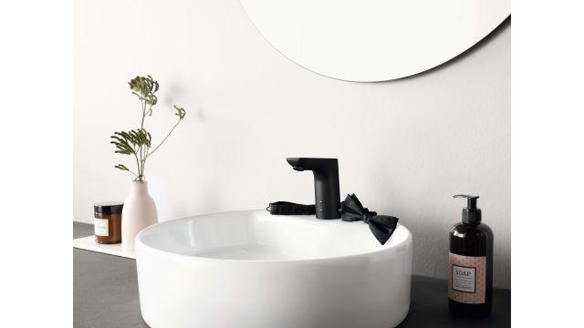 """Die berührungslose mattschwarze """"HANSALIGNA"""" sorgt für die perfekte Kombination aus intuitiver, hygienischer Nutzung, anspruchsvoller Optik und verbindet ansprechendes Design mit modernster Technik."""