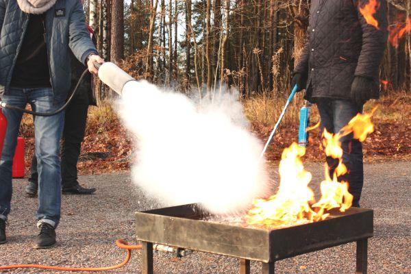 Schulungen und Löschübungen rechnet man dem betrieblich-organisatorischen Brandschutz zu.