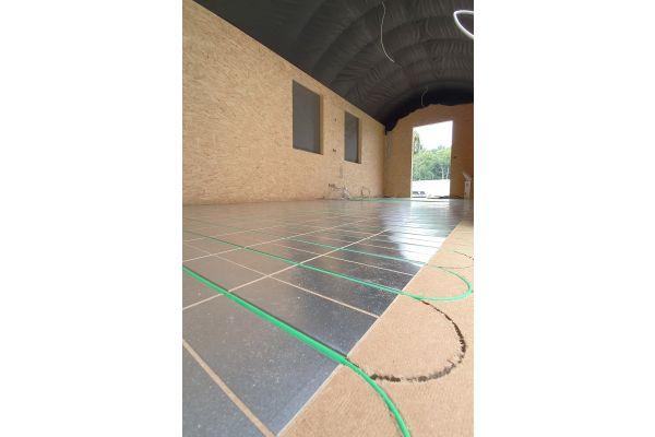 Eine Fußbodenheizung auf Basis selbst regulierender Heizkabel und Wärmeleitblechen wurde für den Bauwagen als ideale Lösung gewählt.