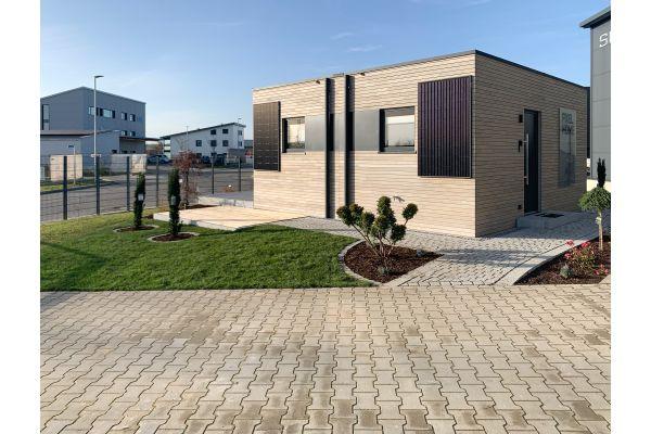 """Voll beheizt mit """"Carbo e-Wall""""-Trockenbauplatten sowie """"Carbo e-Now""""-Heizvlieselementen. Die Photovoltaik Elemente sind senkrecht an der Außenfassade angebracht."""