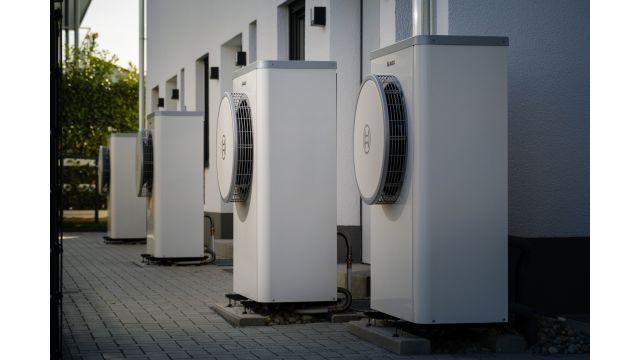"""Foto: Luft/Wasser-Wärmepumpen """"Compress 7400i AW"""" beim Reihenhaus-Projekt in Riedstadt-Goddelau."""