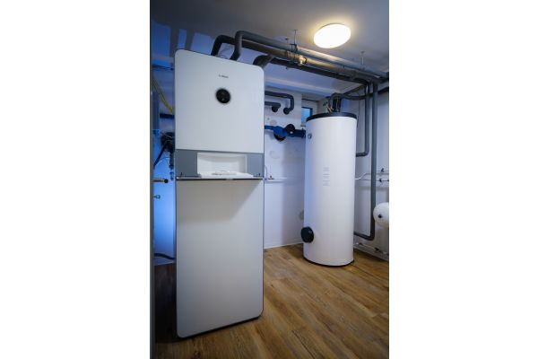 """Bei der Luft/Wasser-Wärmepumpe """"Compress 7400i AW"""" sind alle wichtigen Komponenten bereits verbaut und angeschlossen. Der zusätzliche Wärmepumpenspeicher """"Storacell HR 300"""" lässt sich einfach integrieren."""