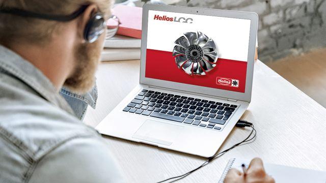 Ein Mann sitzt vor einem Laptop und betrachtet eine Webseite von Helios.