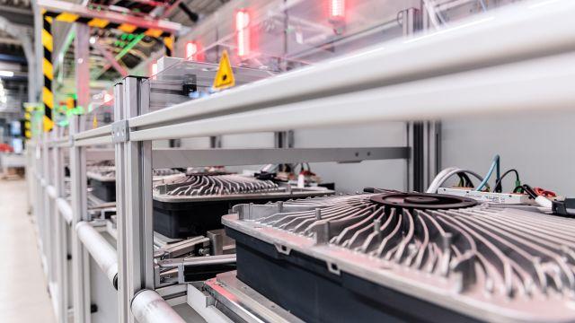 Das Bild zeigt eine Produktionshalle