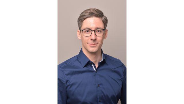 Portraitbild eine jungen Mannes mit Brille.