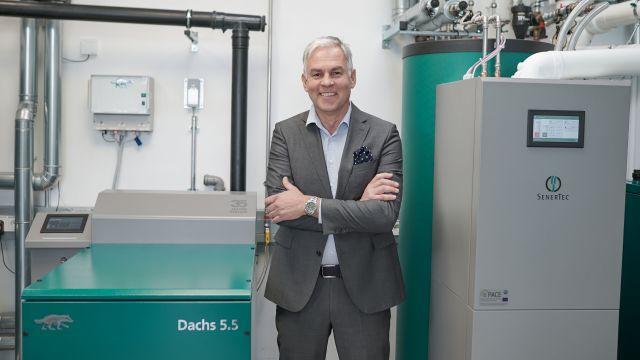 """Foto: SenerTec-Geschäftsführer, Dr. Josef Wrobel, ist stolz auf das Doppel-Jubiläum und wird auch in Zukunft die Weiterentwicklung des """"Dachs"""" vorantreiben."""