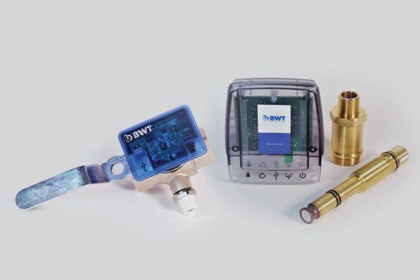 """Sicherheit durch permanente Kontrolle: """"AQAtherm HSS""""-Monitoring in zwei Varianten – für kleine und für größere Heizanlagen."""