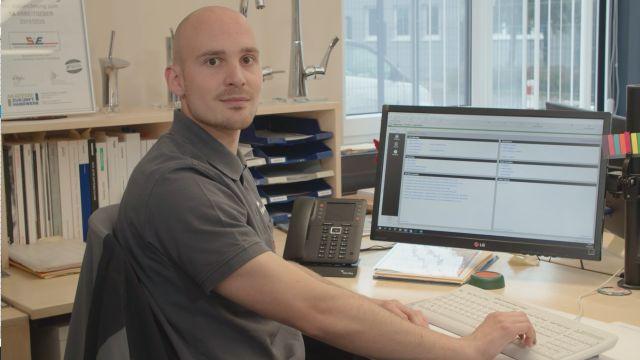 Foto: Robin Eschweiler, verantwortlich für Verwaltung und IT bei der S+E Haustechnik GbR, will die Digitalisierung des Unternehmens nach und nach vorantreiben.