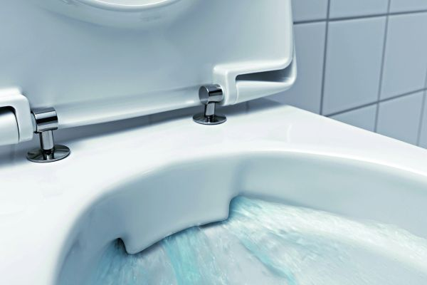 """Das Bild zeigt einen Detailausschnitt des spülrandlosen, wandhängenden """"Rimfree""""-Tiefspül-WCs von Keramag."""