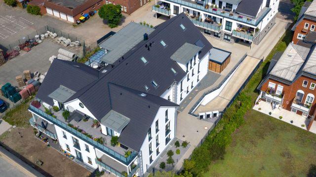 Wohn- und Geschäftshäuser mit 20 Wohn- und zwei Gewerbeeinheiten. Die beiden Gewerbeeinheiten befinden sich in dem kleineren der beiden Häuser, das 995 m2 groß ist und zudem noch acht Wohneinheiten beinhaltet. größere Haus besitzt zwölf Wohneinheiten auf einer Gesamtnutzfläche von 1.474 m2