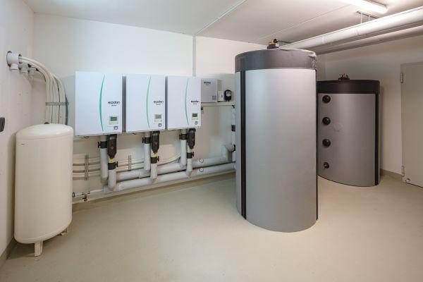 """Die hydraulische Einbindung der Wärmepumpen über """"Hydromodule"""" funktioniert genau wie bei einer herkömmlichen Heizungsanlage. Neben den """"Hydromodulen"""" sind ein Pufferspeicher sowie ein Brauchwarmwasserspeicher installiert."""