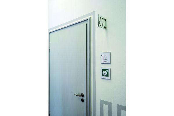 Richtige Beschilderung und Türöffnung nach außen – so ist ein guter Zugang zum Sanitärraum möglich.