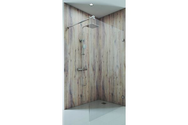Walk-in-Modelle lassen sich nutzen, um einen geschützten Duschbereich zu erhalten. Durch das Dekor lässt sich das Glas besser wahrnehmen.