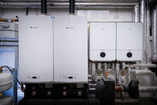 """Im Heizungsraum: Gas-Brennwertgeräte """"CerapurMaxx"""" und Luft/Wasser-Wärmepumpen """"Compress 7000i AW""""."""