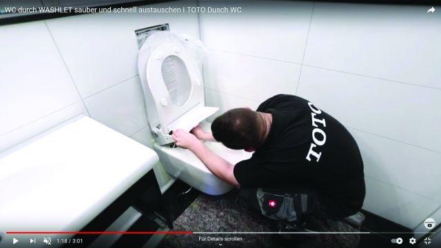 Ein Toto-Experte montiert ein Dusch-WC in einem Bad.