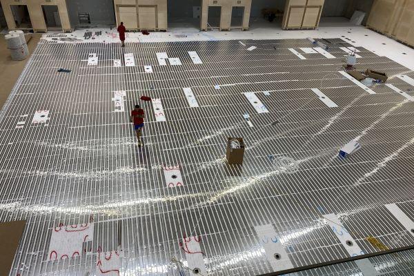 Rund die Hälfte der Flächenheizungsprojekte, welche die FHM Service GmbH für ihre Kunden aus dem SHK-Fachhandwerk übernimmt, betrifft die klassische Fußbodenheizung im Klett-, Tacker- und Classic-System. Aber auch speziellere Anwendungen, im Bild: ein Sportboden, werden realisiert.