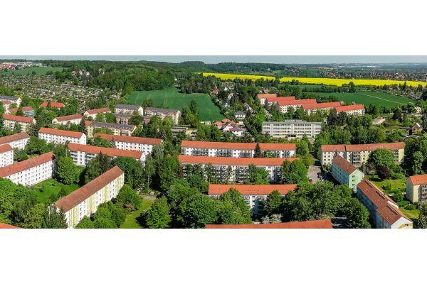 """Seit 1902 gehört Marienthal mit heute etwa 15.000 Einwohnern zu Zwickau. Der Stadtteil soll in den nächsten Jahren klimaneutral werden. Das """"Leuchtturmprojekt"""" ZED bemüht sich dabei anhand des Modifizierens der drei Variablen Energieeffizienz, soziale Verträglichkeit und Nachhaltigkeit um eine Antwort auf die Frage, wie eine zukunftsfähige Quartiersversorgung aussehen sollte."""