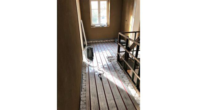 "Foto: Verlegung Trockenbau-Fußbodenheizungssystem ""ClimaComfort"" im Altbau."