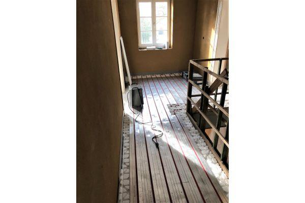 "Verlegung des Trockenbau-Fußbodenheizungssystems ""ClimaComfort"" im denkmalgeschützten Altbau."