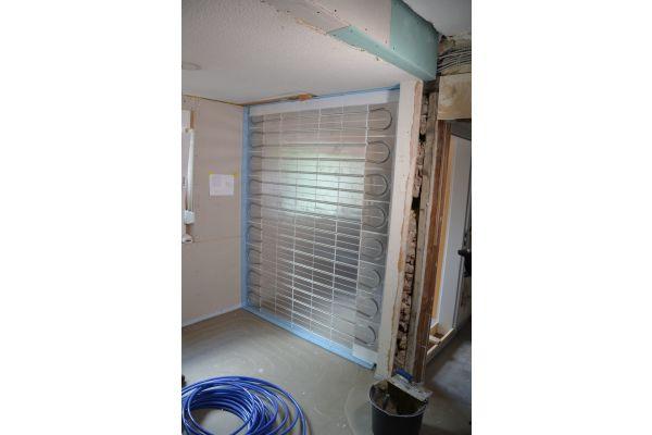 In der Altbau-Dachgeschosswohnung konnte ebenfalls ein Wandheiz- und -kühlsystem in Trockenbauweise integriert werden.